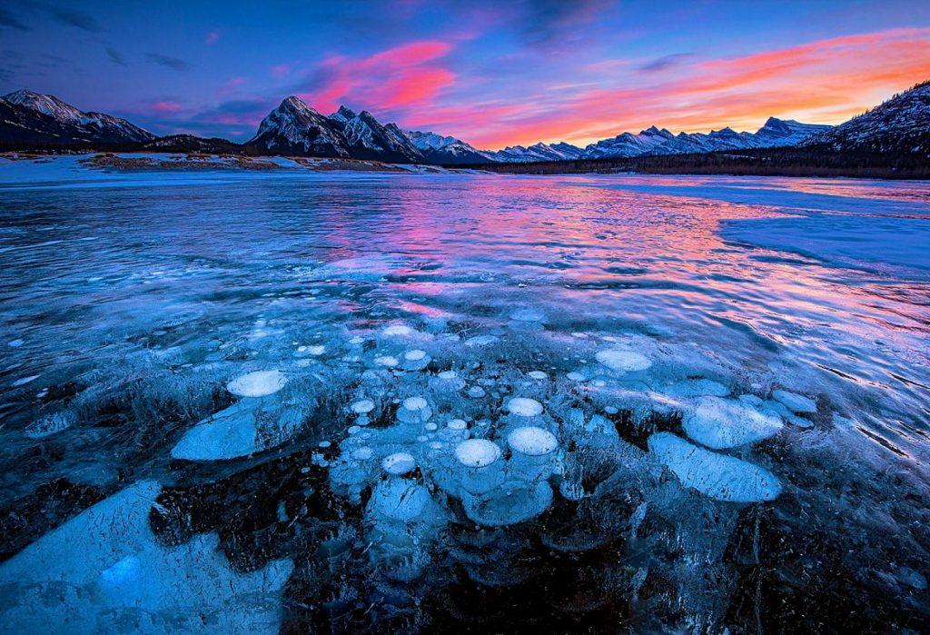 Ледяная красота: на озере Авраам зимой можно увидеть необычные пузырьки
