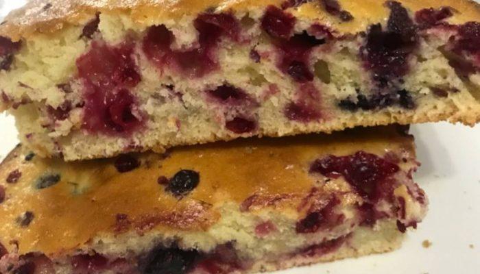 Простой рецепт: пирог с брусникой и яблоками