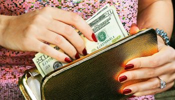 «Только не коричневый»: как цвет кошелька влияет на денежное состояние?