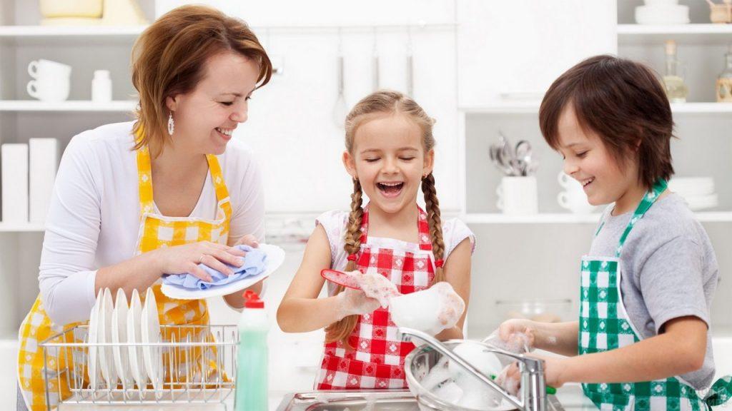 5 способов, чем занять ребенка на кухне: просто и весело