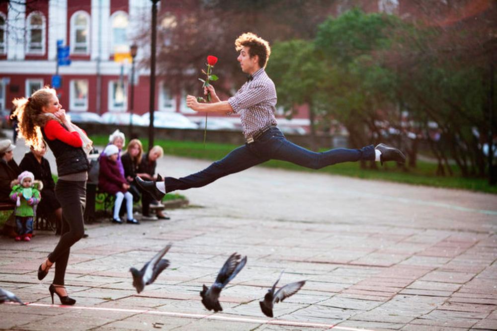 Картинки парень бежит за девушкой