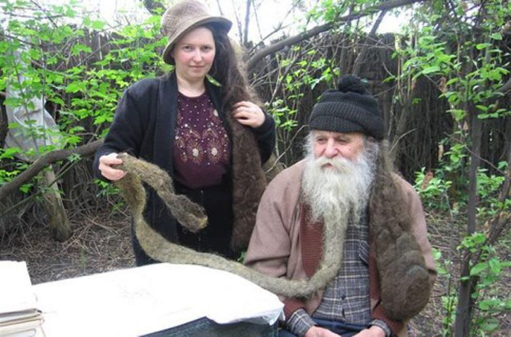 Оберег от НЛО: супруги из Макеевки 20 лет не мылись и не стригли волосы