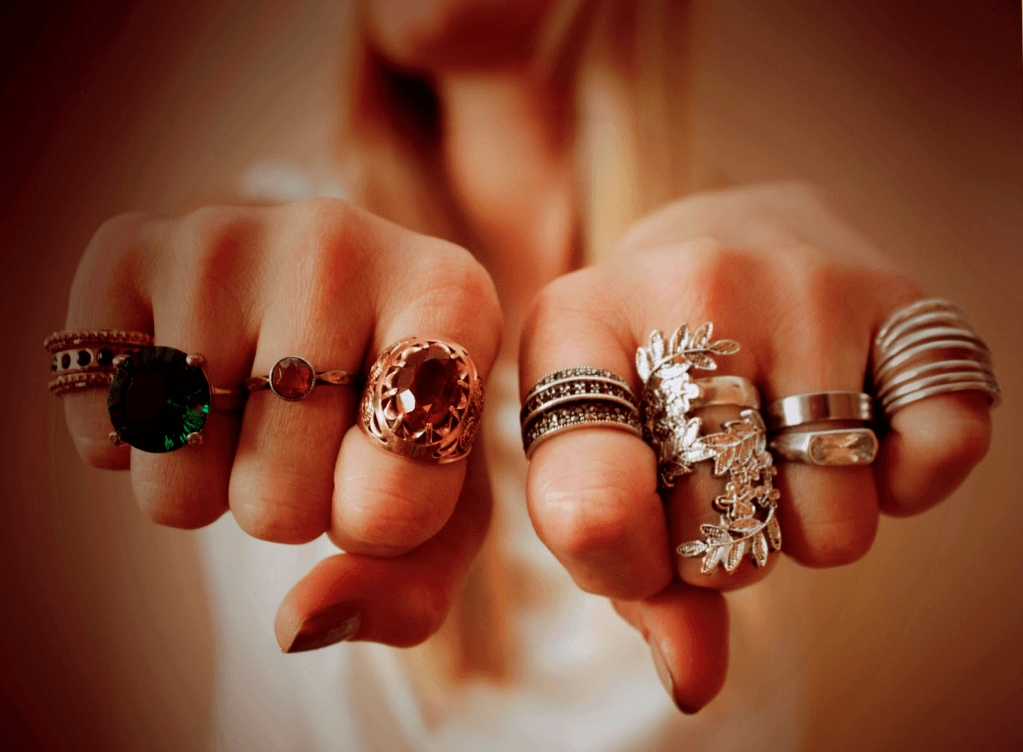Энергетика колец: на какой руке носить украшения и из какого металла