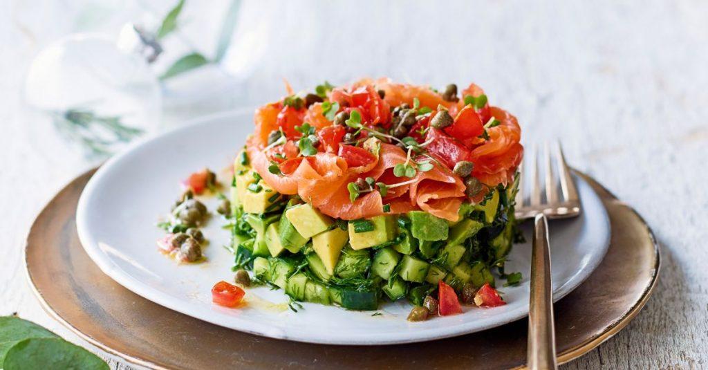 Для легкого ужина: рецепт праздничного салата с рыбой и авокадо