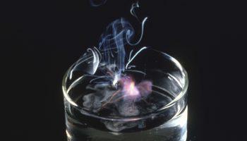Взрыв, смена цвета и формообразование: 3 интересных химических эксперимента, выполненные на основе воды