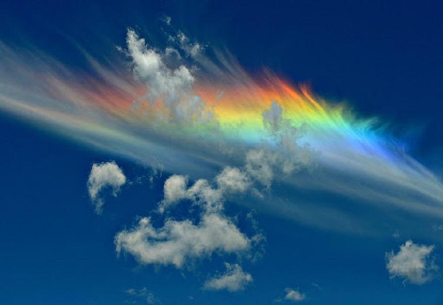 Огненная радуга: отдыхающие засняли редкое небесное явление