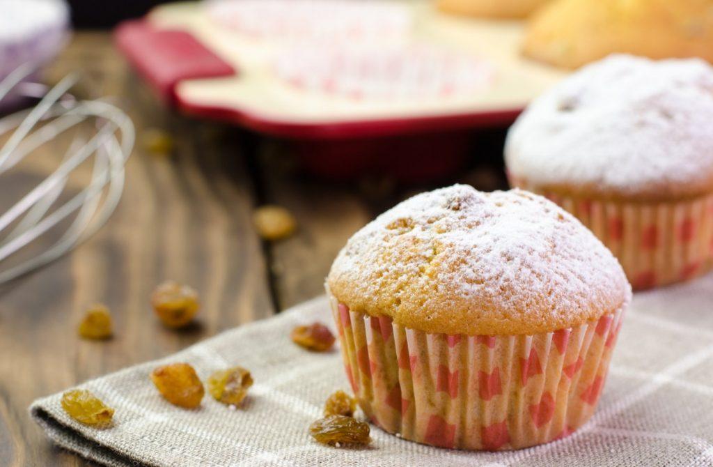 Кексы с изюмом и орешками: рецепт завтрака