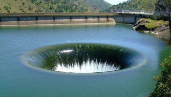 Гигантская воронка: на поверхности озера Техас весной открывается большой водоворот