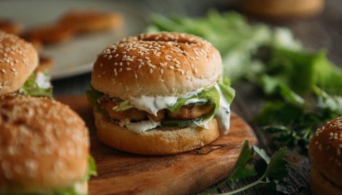 Пальчики оближешь: домашние бургеры с курицей и сметанным соусом