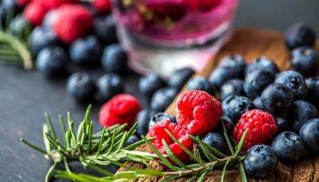 Черные, синие, красные — ягоды бывают разные: польза ягод для здоровья