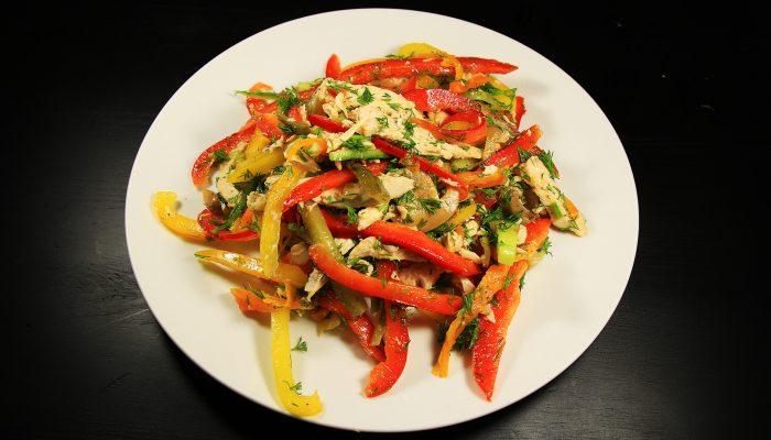 Вкусное сочетание: рецепт теплого салата с курицей и болгарским перцем