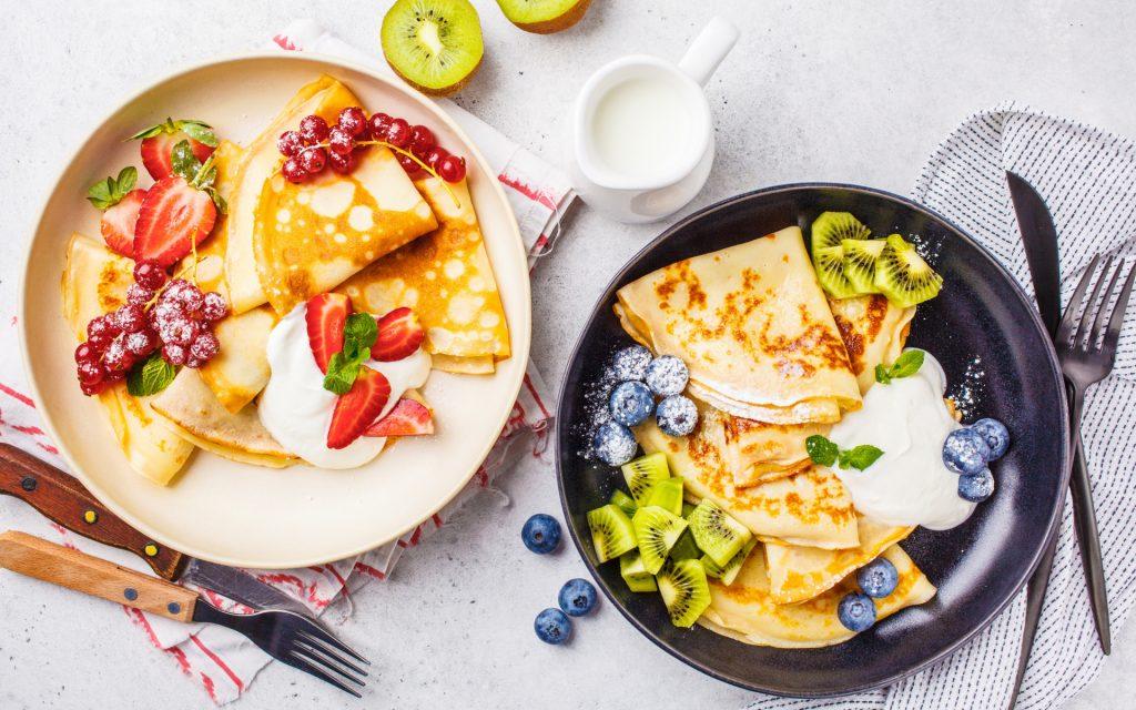 Пальчики оближешь: простой рецепт вкусных блинчиков с горячими ягодами