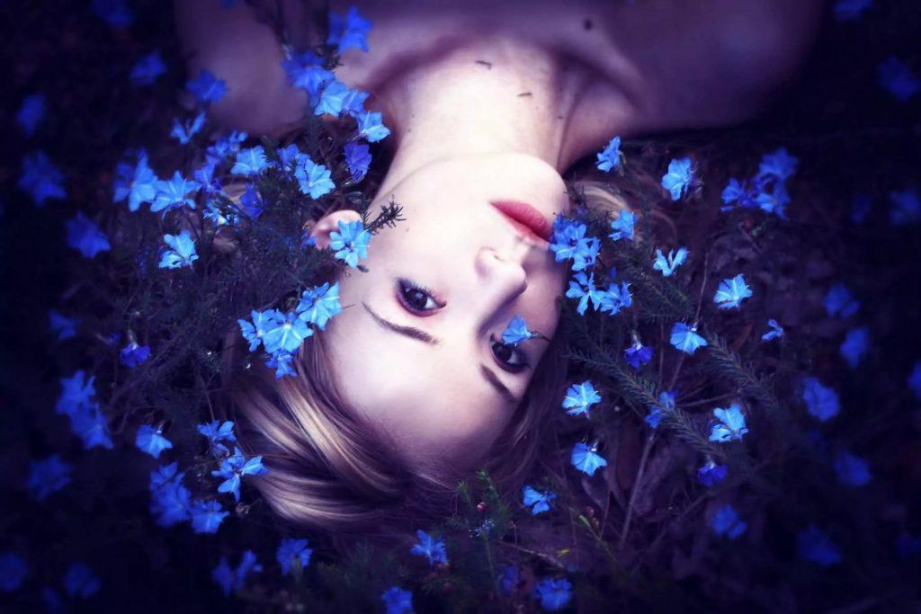 Цветотерапия: значение и характеристики синего цвета для человека