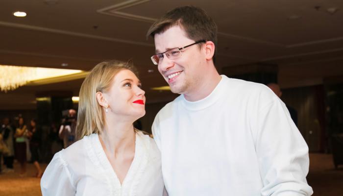 Тройной праздник: Гарик Харламов поздравил с Днем рождения жену и своих сестер-двойняшек
