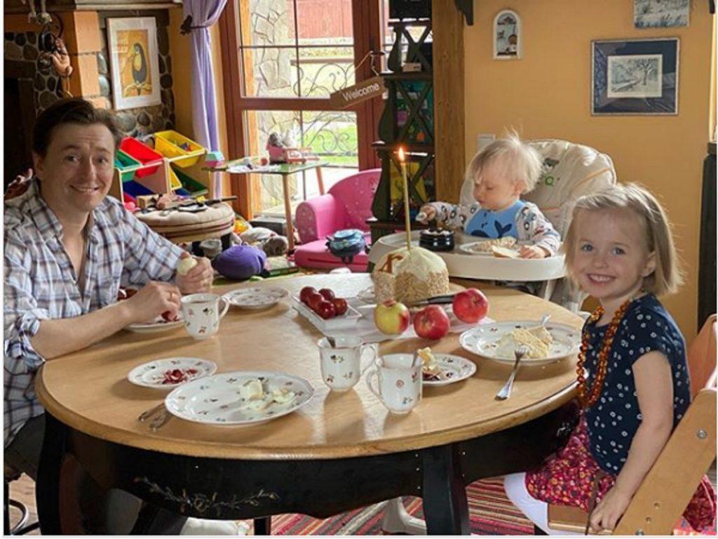 Блондины Сергея Безрукова: актер выложил в соцсеть фотографию со своими детьми