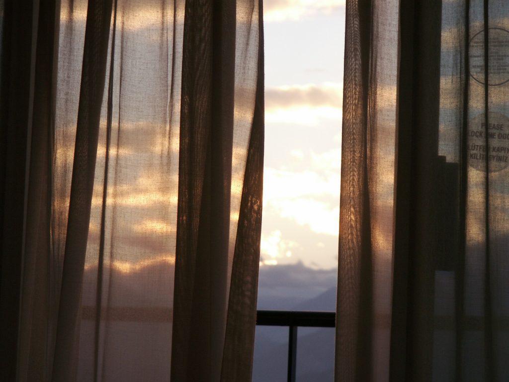 Чистые занавески: как быстро «постирать» шторы
