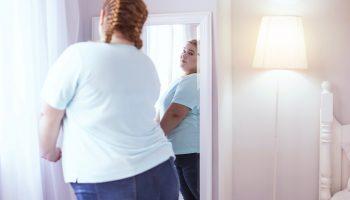 Обманываем зеркало: как скрыть недостатки пышной фигуры с помощью специальных фасонов летней одежды