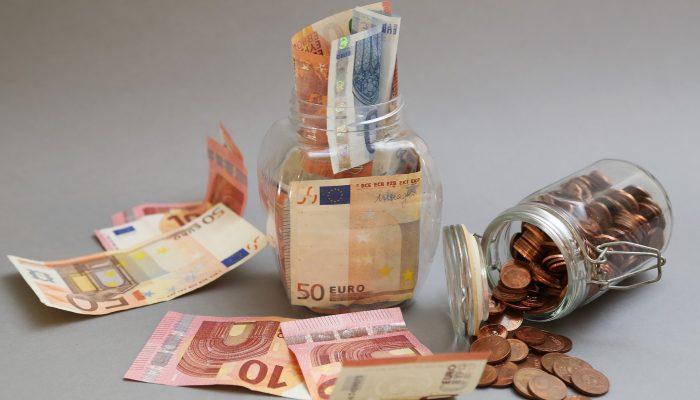 Проверенные способы: куда надежно можно спрятать деньги дома?