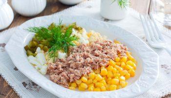 Вкусная и легкая закуска: рецепт сытного салата с тунцом и кукурузой