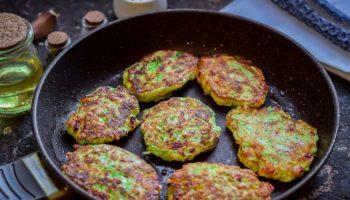 Оладьи по-новому: рецепт из кабачков и колбасы на завтрак