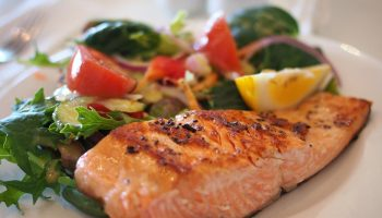 Что приготовить на ужин: рецепт запеченной рыбы с кабачками