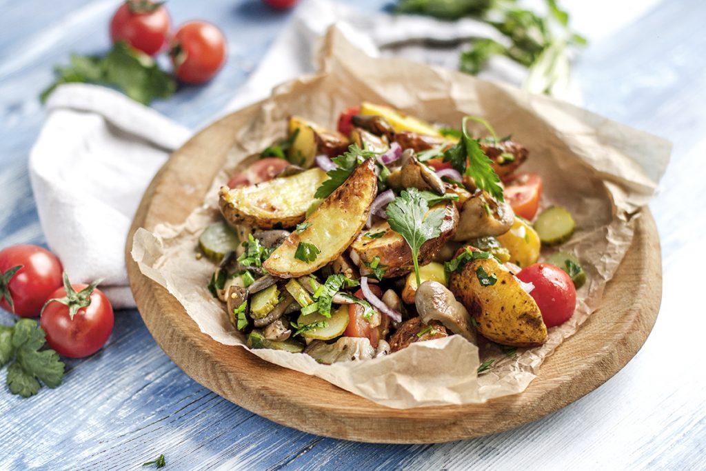 Сытная и простая закуска: рецепт теплого салата с картошкой, вешенками и маринованными огурцами