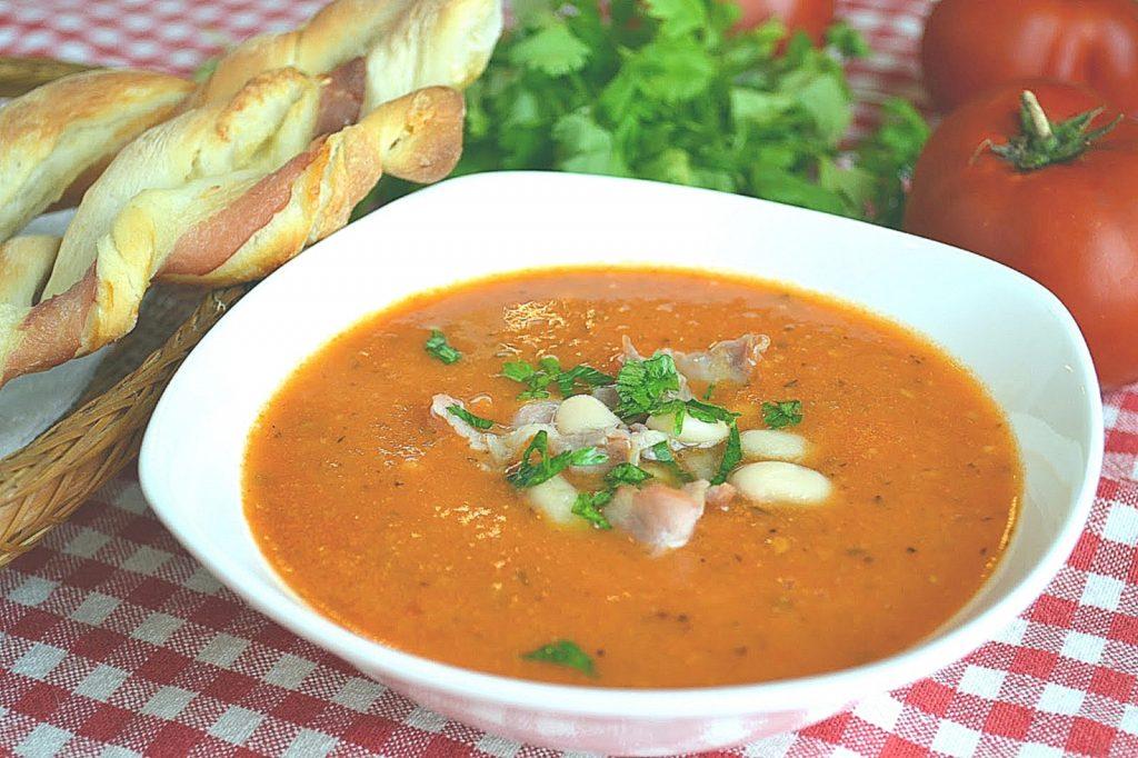 Для сытного обеда: рецепт томатного супа-пюре с фасолью