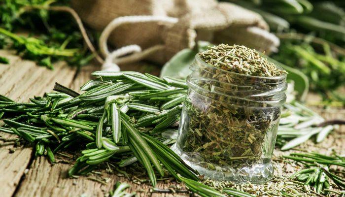 Банки, свежий урожай и свободное время: как правильно и просто заготовить зелень на зиму