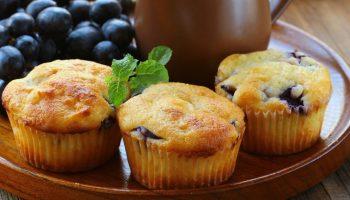 Для сладкоежек: рецепт кексов из манки с ароматной смородиной