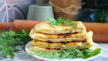 Для сытного завтрака: мягкие лепешки с творогом и зеленью
