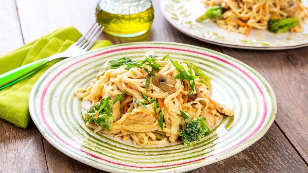 Пикантный обед: рецепт лапши удон с индейкой, грибами и орехами кешью