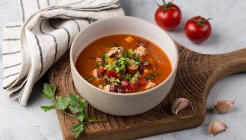 Рецепт на скорую руку: томатный суп с копченостями и кукурузой
