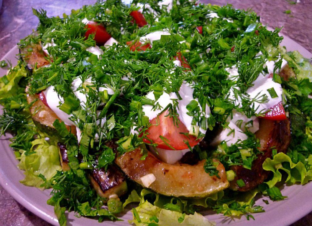 Пикантный салат на ужин: простой рецепт из жаренных кабачков и сыра