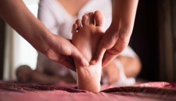 Достигнуть гармонии: как это сделать с помощью ежедневного массажа ног перед сном