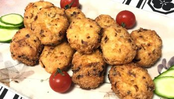 Бюджетное блюдо к обеду: рецепт тефтелей из риса и крабовых палочек с соусом из овощей