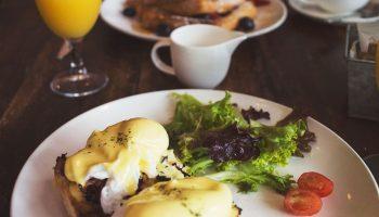 Диалог диетологов: можно или нет есть после шести вечера