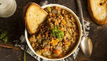 Сезонное блюдо на обед: рецепт овощного рагу с чечевицей