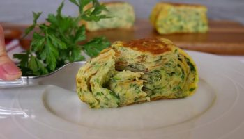 Для любителей нежных завтраков: вкусный и простой рецепт омлета с кабачком и сыром