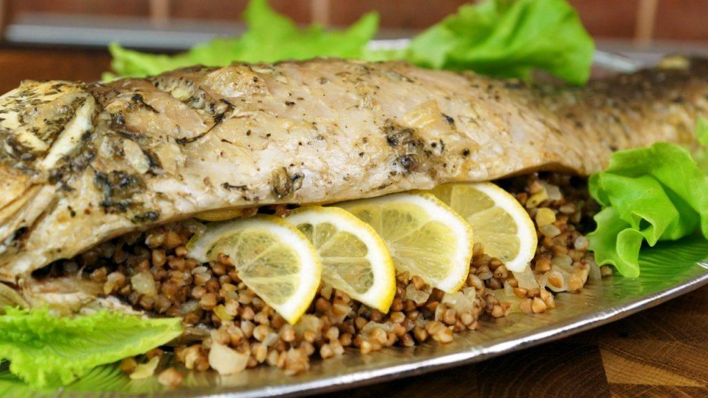 Для рыбного вечера: рецепт запеченного и фаршированного карпа с гречкой и луком