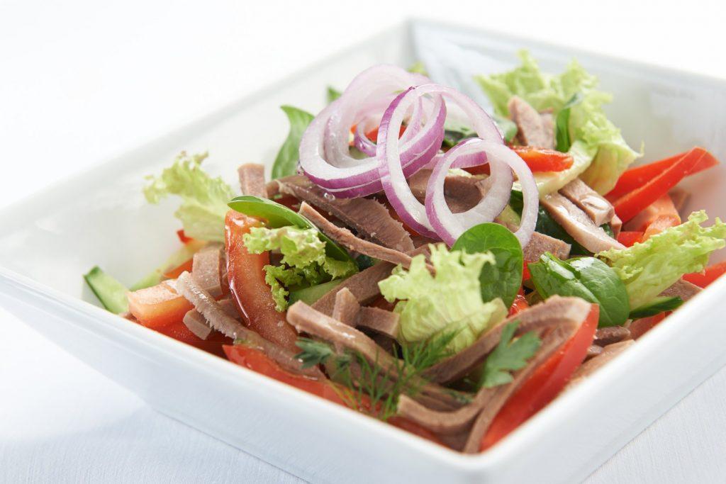 Пикантный салат на праздничный стол: рецепт с говяжьим языком и маслинами
