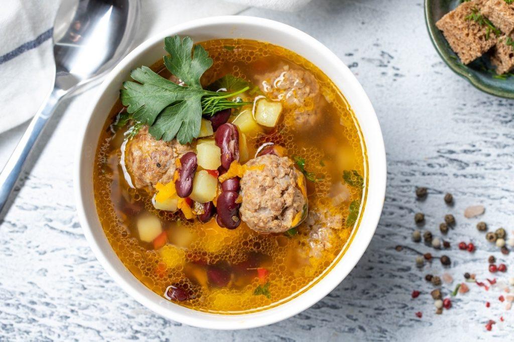Легкий суп: рецепт из фасоли, фарша и с овощной сальсой