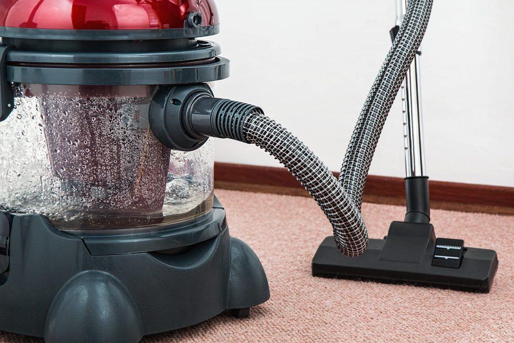 Домашние заботы: как правильно почистить пылесос