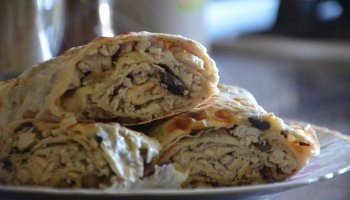 Для сытного ужина: интересный рецепт из лаваша с курицей и грибами
