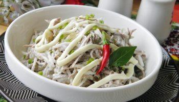 Для ценителей пикантных закусок: рецепт необычного салата с редькой и мясом