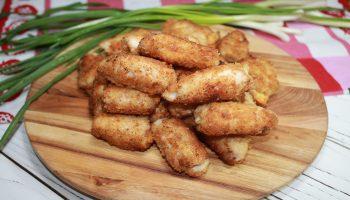 Сытная и вкусная закуска: рецепт быстрых, горячих рулетиков с сыром