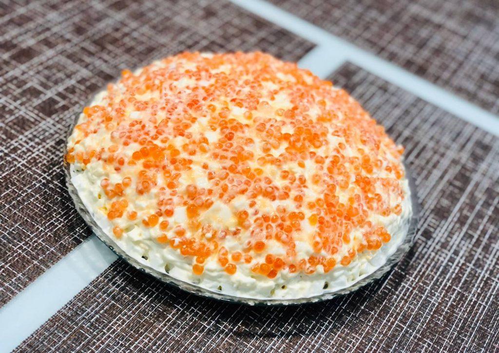 «Морская пена»: рецепт праздничного салата с кальмарами и красной икрой