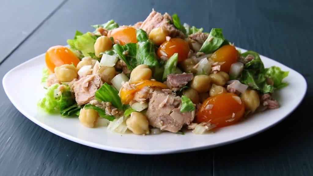 Интересный вариант для ужина: рецепт салата из тунца, мандарина и нута