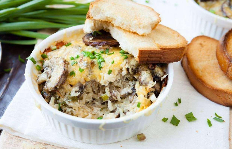 Сытно и вкусно: рецепт рисовой запеканки с грибами и курицей