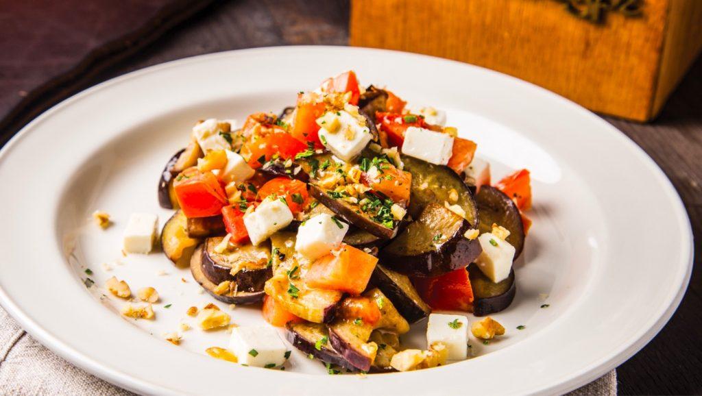 Интересный вариант закуски: рецепт сытного салата с баклажаном, помидором и яйцом