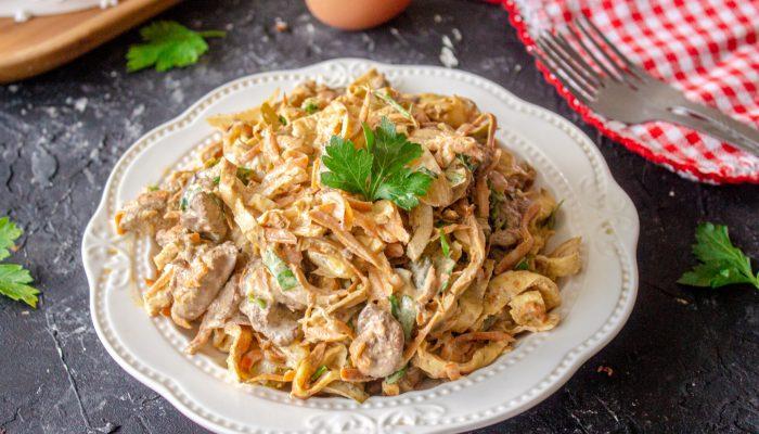 Вкусное и простое блюдо: рецепт салата с блинами и куриной печенью